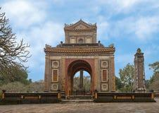 Sidosikt av Stelepaviljongen och en obelisk i Tu Duc Royal Tomb, ton, Vietnam royaltyfria foton