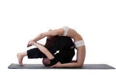 Sidosikt av sunda par som gör yoga i studio Arkivbild