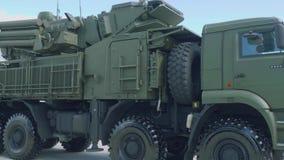 Sidosikt av systemet Pantsir-1 för luftvärnmissilvapen i grön skyddande kamouflage Skydd från hot i himmel stock video