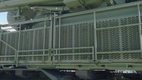 Sidosikt av systemet Pantsir-1 för luftvärnmissilvapen i grön skyddande kamouflage Skydd från hot i himmel arkivfilmer