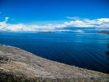 Sidosikt av Titicacas sjön i Bolivia - Latinamerika Fotografering för Bildbyråer
