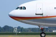Sidosikt av trafikflygplancockpiten Arkivfoton