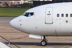 Sidosikt av trafikflygplancockpiten Arkivfoto