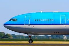 Sidosikt av trafikflygplanet Arkivfoto