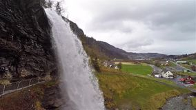 Sidosikt av vattenfallet av Steinsdalsfossen i Norge på en molnig dag lager videofilmer
