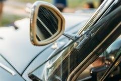 Sidosikt fo klassiker skåpbil bil sida av den retro bilen, gammal modell, gammal modell, sidospegel av triangulär form arkivbild