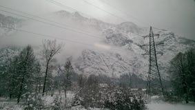 Sidosikt från drevet till Hallstatt i snösikten, Österrike Royaltyfri Foto