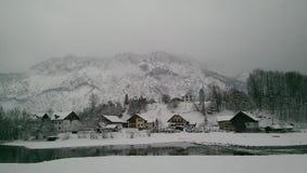 Sidosikt från drevet till Hallstatt i snösikten, Österrike Royaltyfria Foton