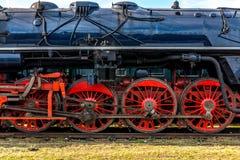 Sidosikt på CSD, Czechoslovak ångalokomotiv, med huvudsakliga hjul för enorm röd eker Royaltyfri Foto