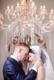 Sidosikten av att älska det stående huvudet för brölloppar - - head i kyrka arkivfoton