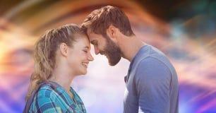 Sidosikten av att älska par med huvudet - - head över suddighetsbakgrund Royaltyfri Foto