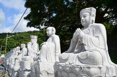 Sidosikten av den kinesbuddha bilden från granitstenen snider royaltyfri bild