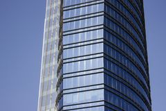 Sidosikten av en blå modern företags byggnad komponerade av två höghusstrukturer arkivfoto