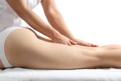 Sidosikten av en kvinna lägger benen på ryggen motta en massageterapi Arkivfoton