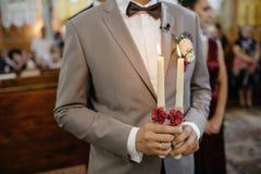 Sidosikten av nygift person`en räcker att rymma stearinljuswrappen arkivfoton