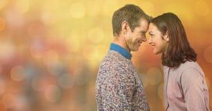 Sidosikten av par med huvudet - - head över bokehbakgrund Royaltyfria Bilder