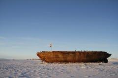 Sidosikten av skeppsbrottet återstår av Mauden, den Cambridge fjärden Nunavut Arkivfoto