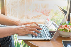Sidosikten och stänger sig upp bärbara datorn för bruk för affärsmannen arkivfoton