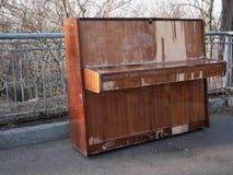 Sidosikten p? ?vergett retro klassiskt tr?piano p? staden parkerar begrepp av konserten f?r ?ppen luft royaltyfri fotografi