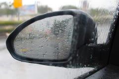 Sidospegel av en bil med regndroppar Vinterväder i Israel, hällregn arkivbild