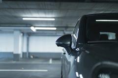 Sidospegel av suvbilen som parkeras i lott av garaget royaltyfri fotografi