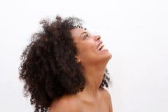Sidostående av att skratta svarta kvinnan med kala skuldror arkivfoto