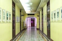Sidovingkorridor av kontorsbyggnad av det Siriraj sjukhuset Arkivfoton