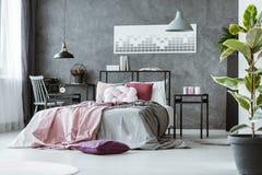 Sidovinkel av det gråa sovrummet fotografering för bildbyråer