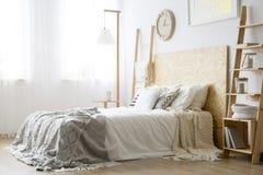 Sidovinkel av vit säng arkivbild