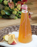 Sidra de maçã e maçãs frescas no fundo de madeira Foto de Stock