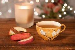 Sidra de manzana del día de fiesta/té calientes - aliste para la acopio de los amigos Foto de archivo