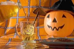 Sidro di versamento su Halloween Fotografie Stock