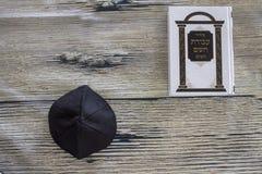 Sidur con el yamaka para los rezos en fondo de madera Imagen de archivo libre de regalías
