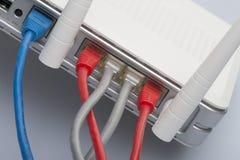 Sieć kable łączący router Sieci komunikacje zdjęcia stock