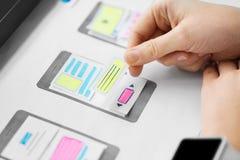 Sieć projektant pracuje na interfejsu użytkownika wireframe obraz royalty free