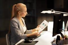 Sieć projektanta interfejsu użytkownika mockup przy nocy biurem zdjęcia royalty free