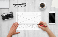 Sieć projektanta remisu układ strona internetowa na papierze Odgórny widok pracy biurko z komputerem, telefon, kamera Zdjęcia Stock