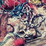 Sieć rybacka kłaść na drewnianym molu, rocznik tonował fotografię zdjęcie stock