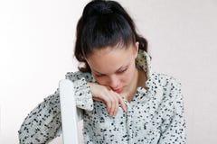 Sie beugte ihren Kopf, der auf einem Stuhl sitzt Lizenzfreie Stockbilder