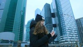 Sie genießt Telefon auf Straße stock video footage