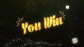 Sie gewinnen den Gruß und Wünsche, die von der Wunderkerze-Partikel-Feuerwerkshimmelnacht gemacht werden stock video footage