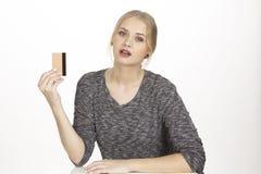 Sie gibt viel Geld durch goldene Kreditkarte aus Stockfotos