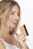 Sie gibt viel Geld mit Kreditkarte aus Stockbilder