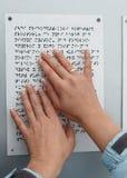Sie Hände, die Blindenschrift-Tabelle lesen Stockbild