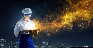 Sie ist Magier als Koch Stockbild