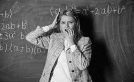 Sie ist nicht zu den Schlusspr?fungen bereit Lehrer auf Schullektion an der Tafel Zur?ck zu Schule Lehrertag Studie und stockfotografie