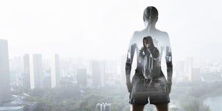 Sie kämpft für Erfolg Gemischte Medien lizenzfreie stockfotografie