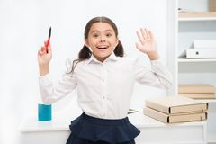 Sie kennt richtige Antwort Kindermädchen trägt stehenden aufgeregten Gesichtsausdruck der Schuluniform Intelligente Blicke des Sc lizenzfreies stockbild