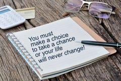 Sie müssen eine Wahl treffen, um ein Risiko einzugehen, oder Ihr Leben ändert nie stockbild