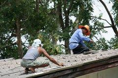 Sie reparieren Dach Stockbild